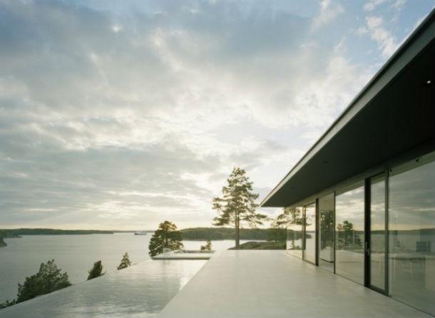 A casa dispõe de uma piscina de horizonte infinito.