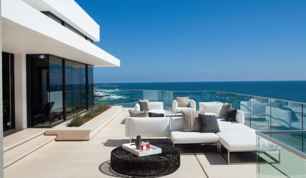 A casa está localizada em Laguna Beach, na Califórnia (EUA).