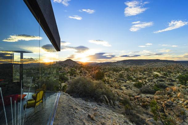 A casa está localizada no deserto de Mojave, na Califórnia.