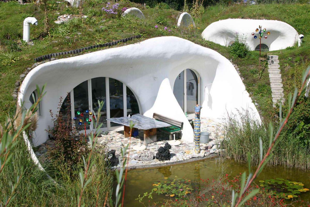 ... Casas subterrâneas nas Cíclades, grupo de ilhas no sul do mar Egeu
