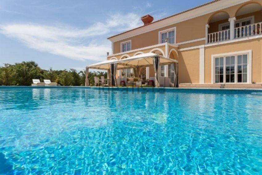 Esta espetacular mansão está à venda em Cascais e custa 3.000.000 euros.