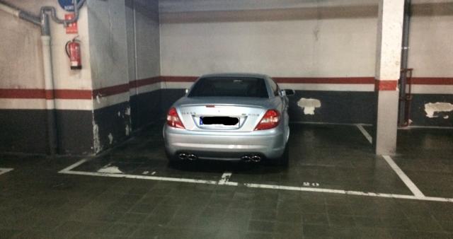 Carro mal estacionado numa garagem comunitária. (Foto: Forocoches).