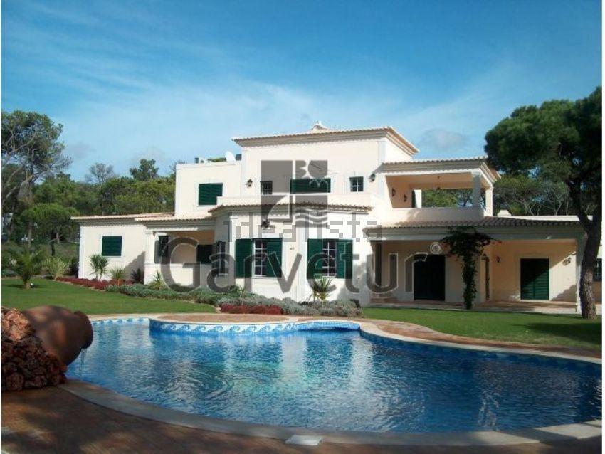 Esta maravilhosa moradia está à venda em Vilamoura por 1.300.000 euros.