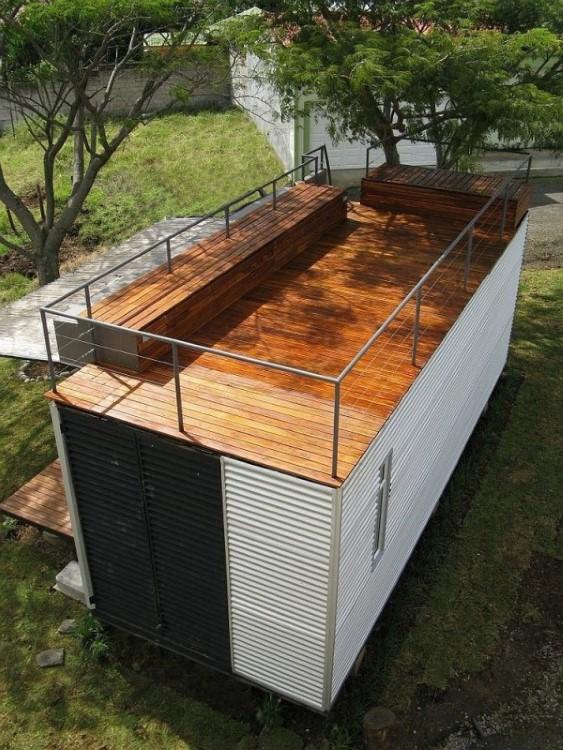 Terraço de madeira da casa modular