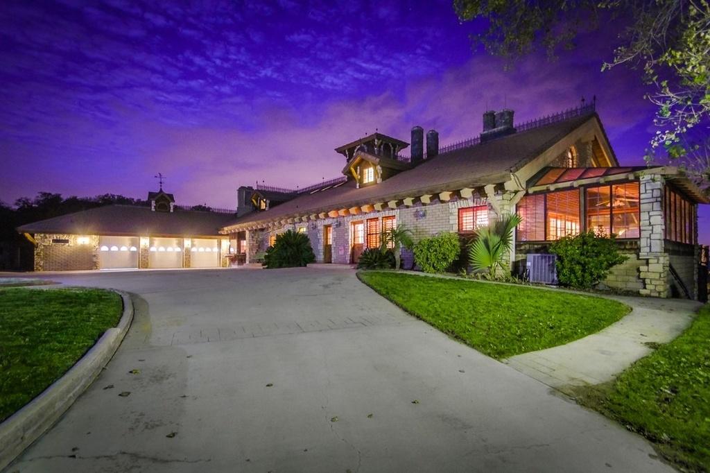 Mansão em forma de castelo (e com um lago) à venda em San Diego por 1,6 milhões