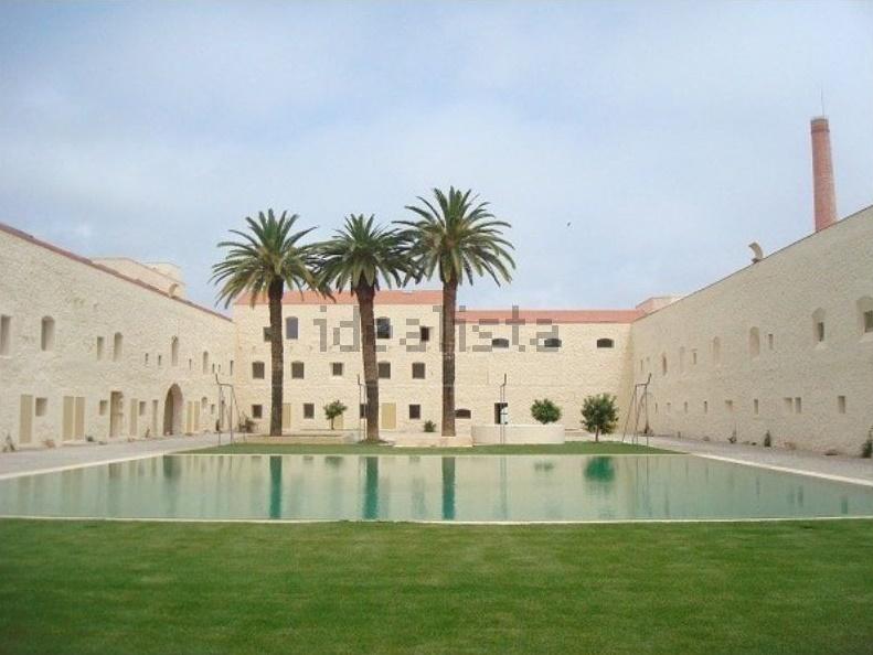 Este apartamento está localizado em Tavira num empreendimento projetado por Souto Moura.