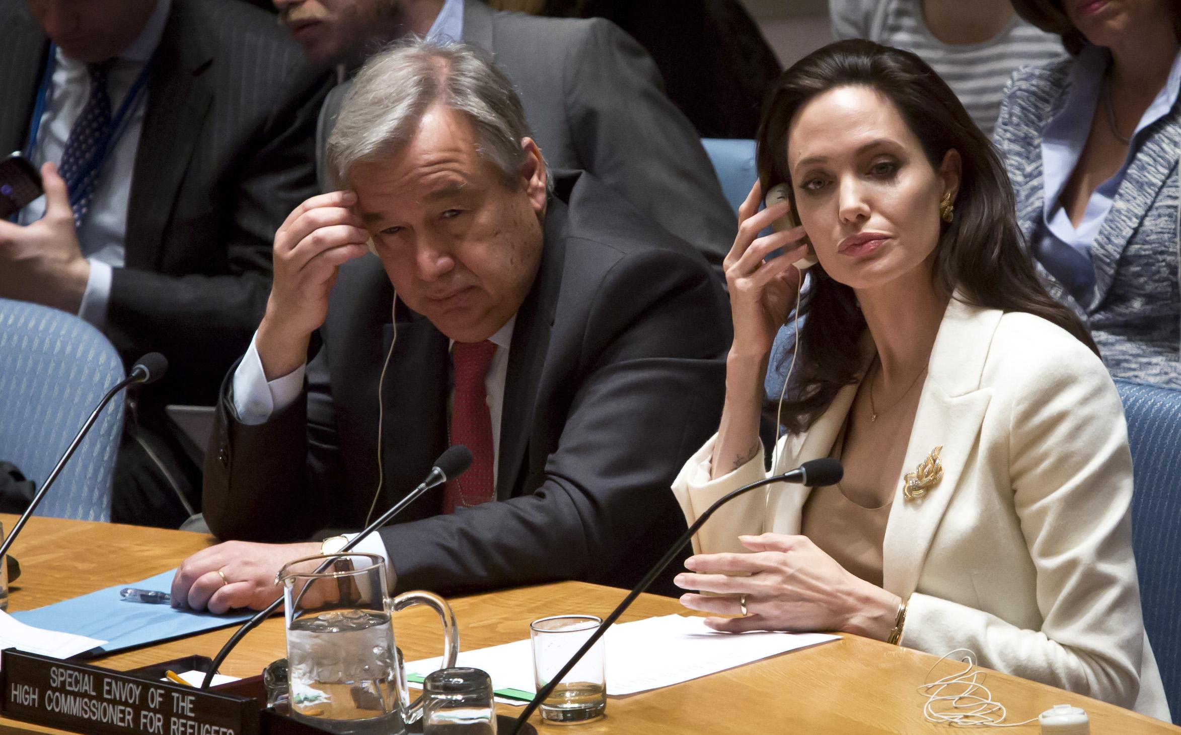 António Guterres com a atriz Angelina Jolie numa reunião sobre refugiados.