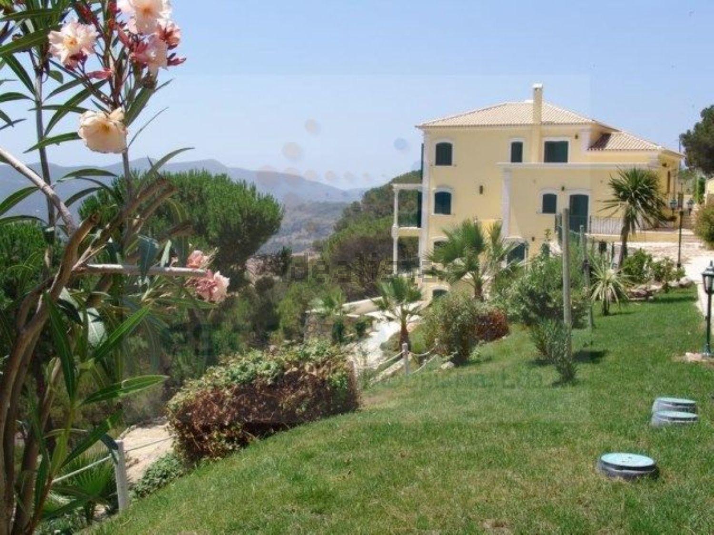 Esta espetacular casa rústica está localizada em Palmela e está à venda por 2.900.000 euros.
