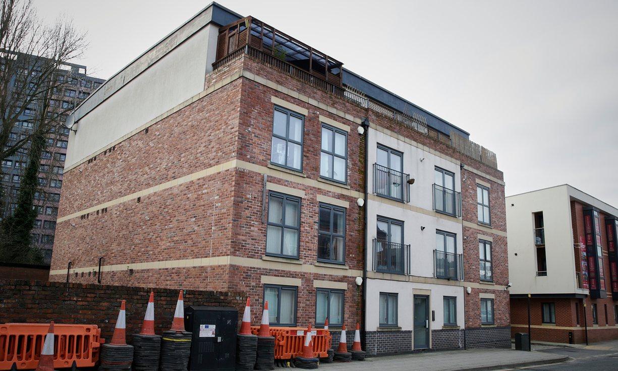14 apartamentos em Stockport (avaliados em 1,4 milhões de libras). The Guardian