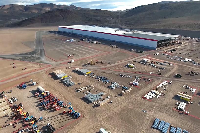Drone mostra construção da fábrica da Tesla, que será o maior edifício do mundo