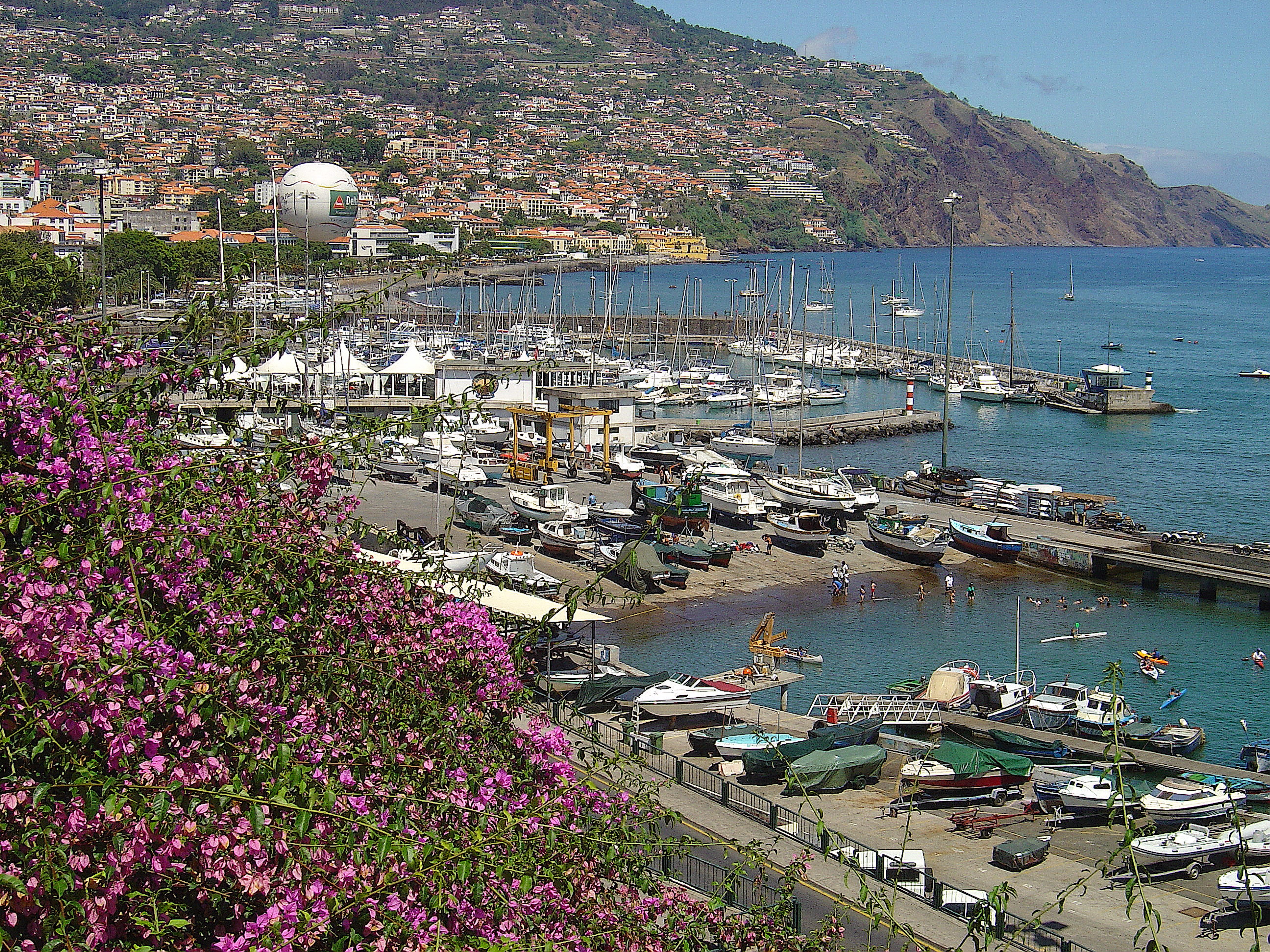 de 10 imóveis na capital da Madeira — idealista/news #3E6E8D 5184x3888