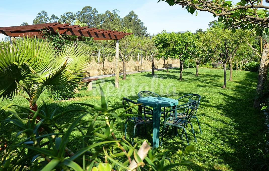 Casas de fim de semana: Refúgio com jardim, piscina e vista para a serra em Ponte de Lima