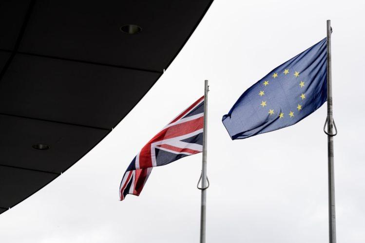 Foto das bandeiras britânica e da UE utilizada pelo Público