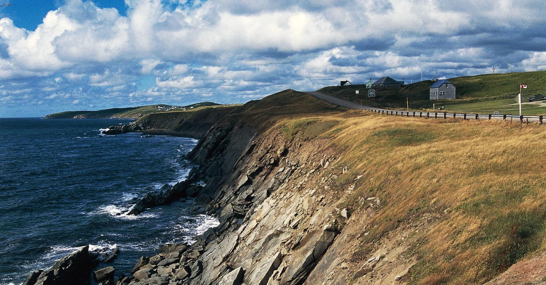 Imagem de uma praia acantilada na ilha de Cape Breton, Canadá.