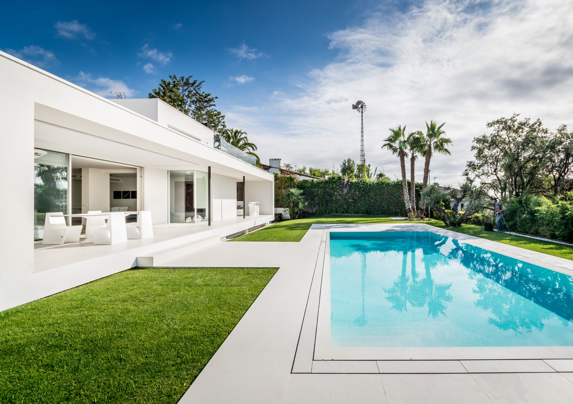 A água é reutilizada para regar o jardim e encher a piscina
