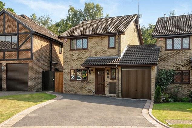 A casa está localizada no Reino Unido e tem três quartos