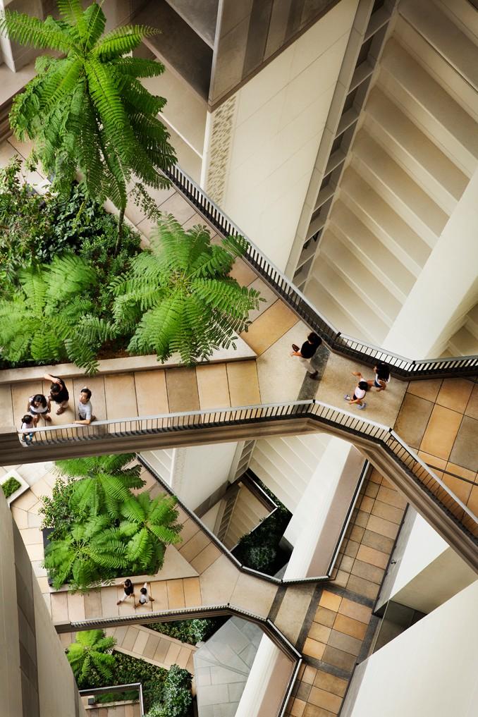 O interior do complexo tem muitos espaços verdes.