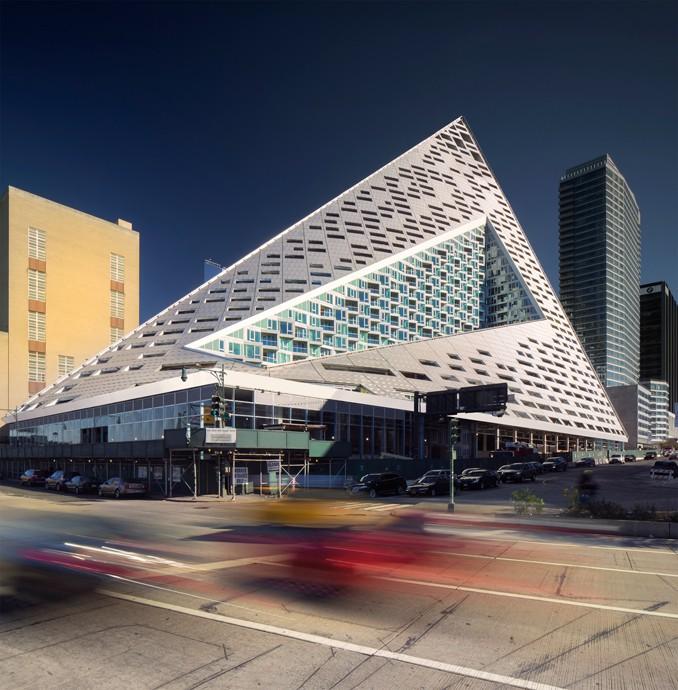 Este edifício em forma de pirâmide tem 144 metros de altura.
