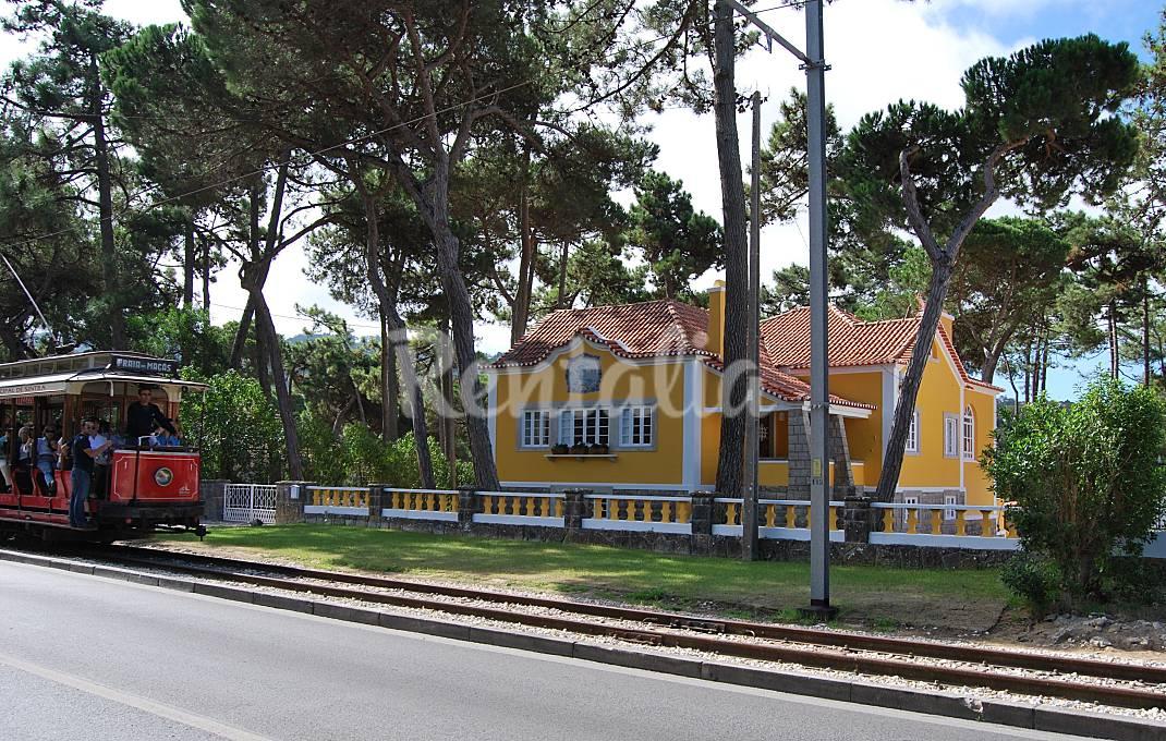 A fachada (amarela) da casa e o comboio...