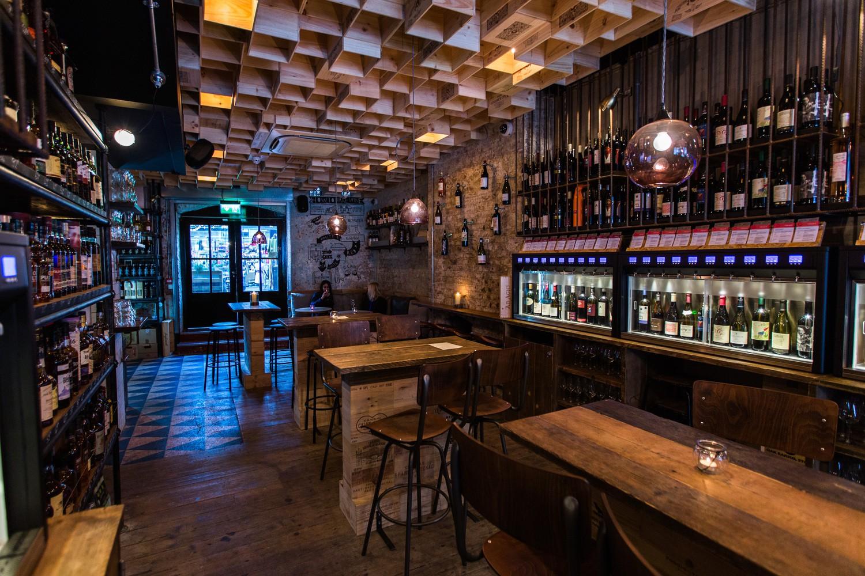 Melhor Bar do Reino Unido: Vagabond Wines (Spitalfields, Londres). Projeto: Finch Interiors