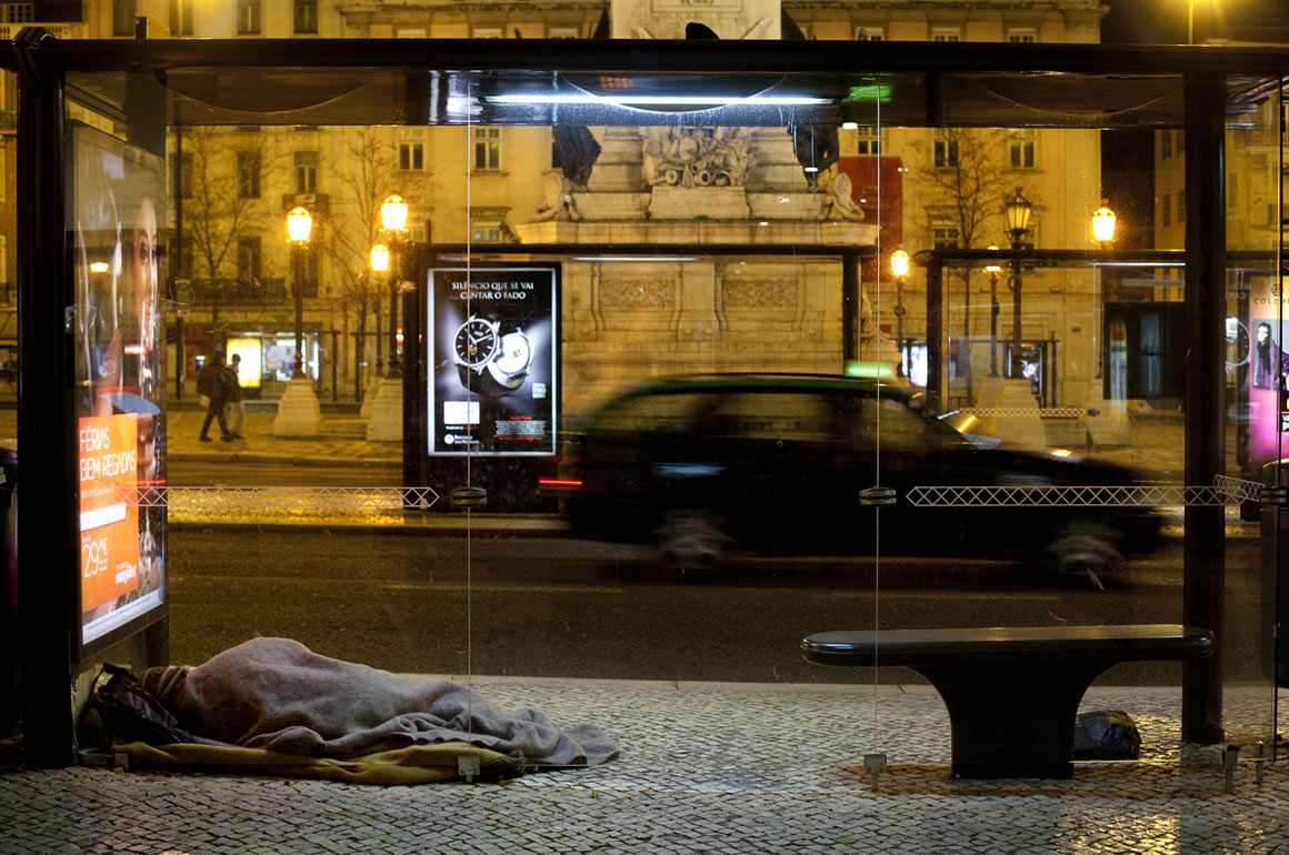 Sem-abrigo a dormir na Praça dos Restauradores, Lisboa. (fotografia do Público)