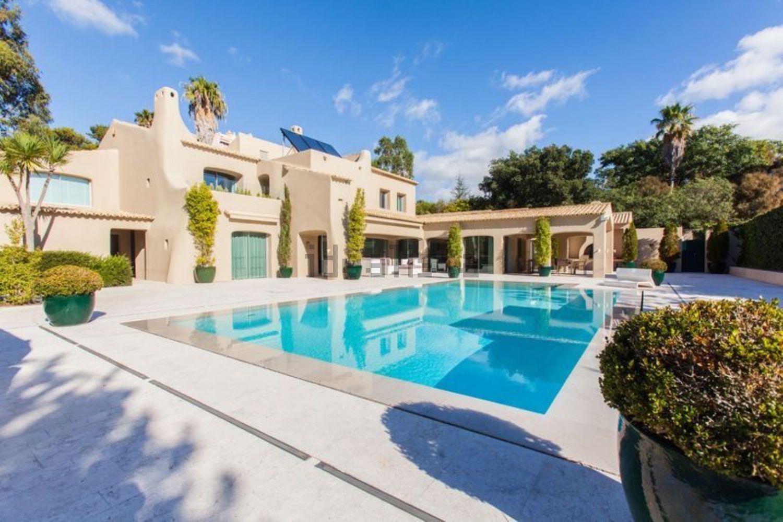Esta espetacular casa está localizada em Cascais e custa 5.000.000 euros.