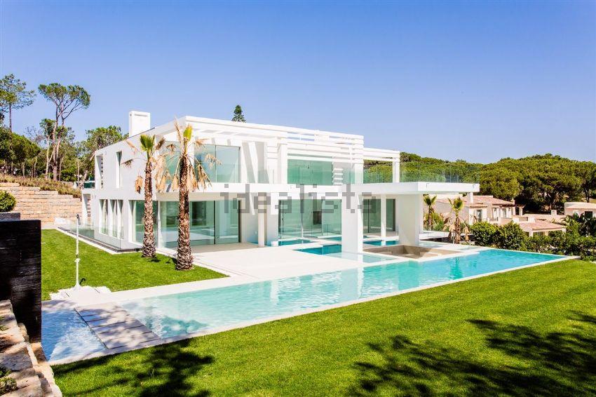 Esta espetacular moradia está localizada em Loulé e custa 6.995.000 euros.