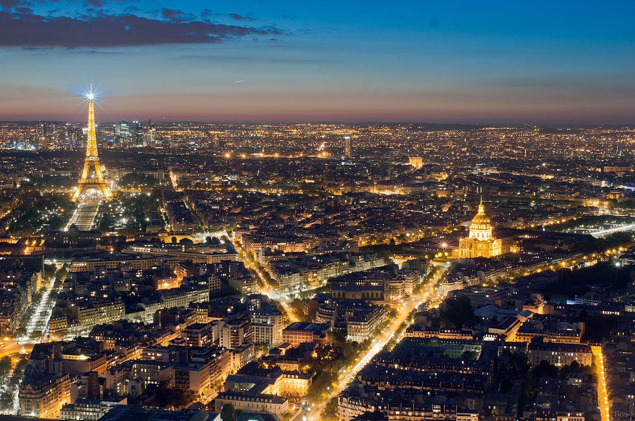 Vista panorâmica de Paris à noite. / Wikimedia commons