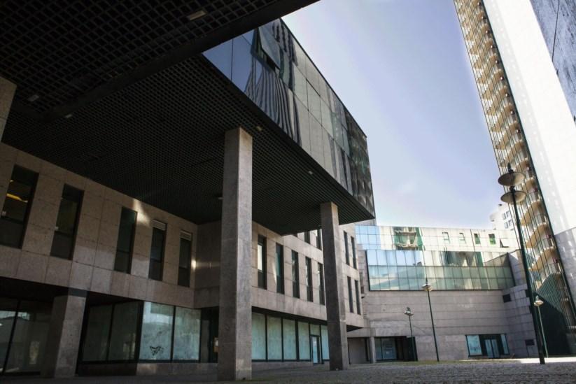 Edifício construído nos anos 90, localizado na Baixa do Porto, estava devoluto / Público