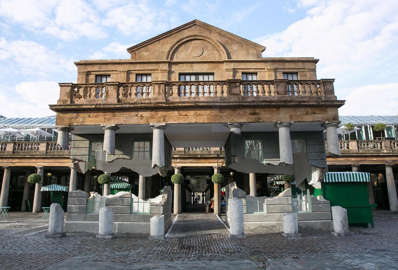Colunas flutuantes do mercado de Covent Garden, Londres (Reino Unido). / Alex Chinneck
