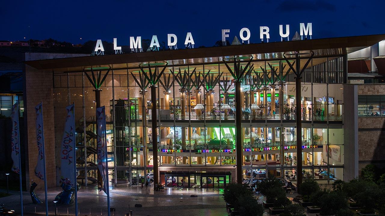 Almada Forum é um dos quatro centros comerciais que os americanos querem vender por um total de 900 milhões / Multi Corporation