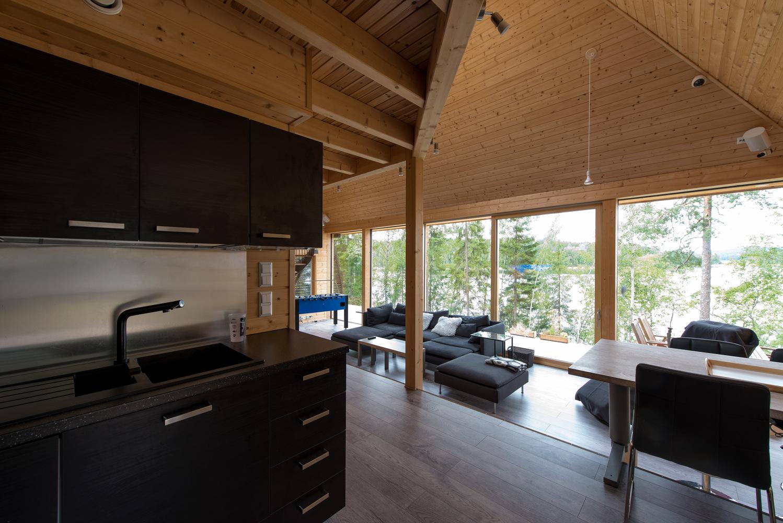 A madeira é o elemento central nesta casa
