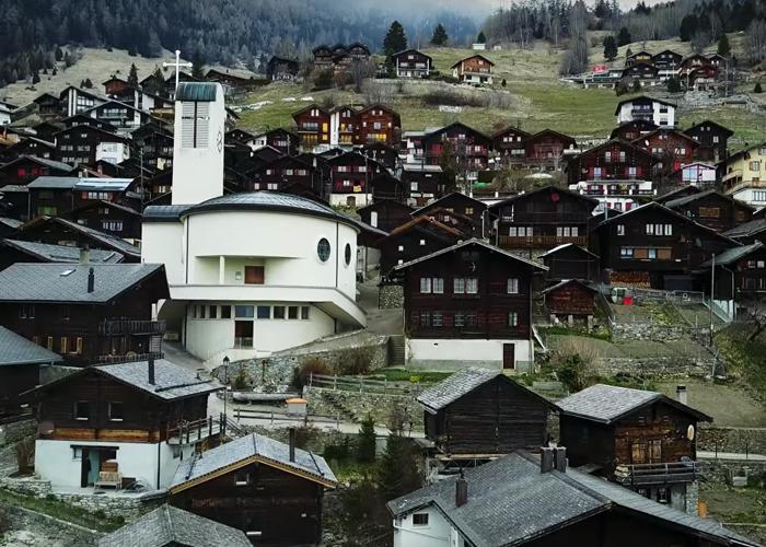A aldeia oferece 21.000 euros por adulto e 8.600 euros por criança