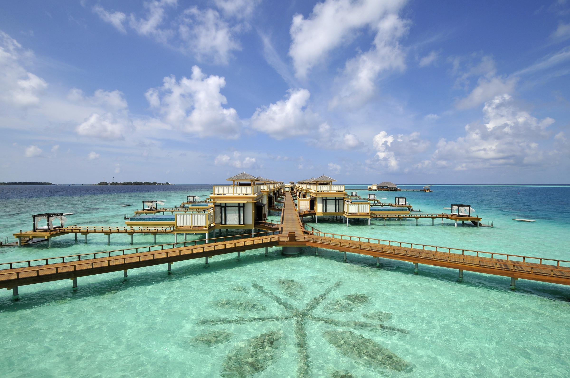 O hotel tem villas espalhadas pelo mar