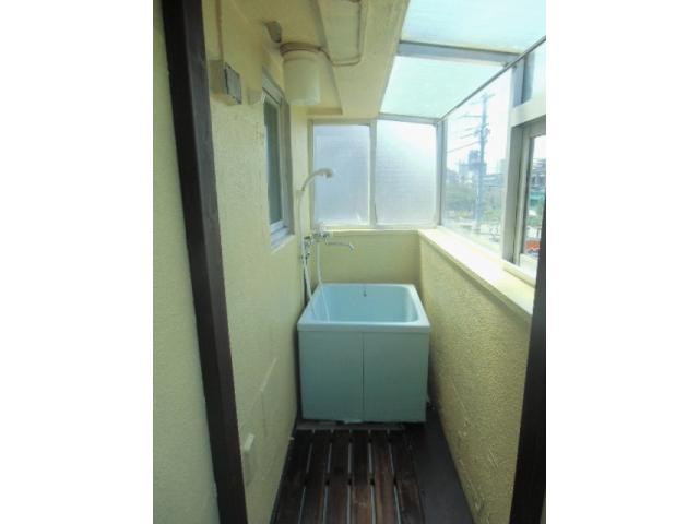 Neste apartamento a banheira fica... na varanda