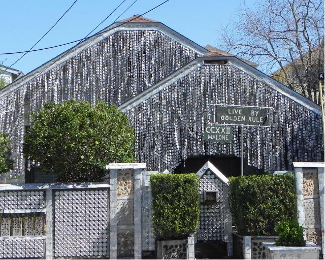 """A """"The Beer Can House"""" está localizada em Houston (EUA)"""