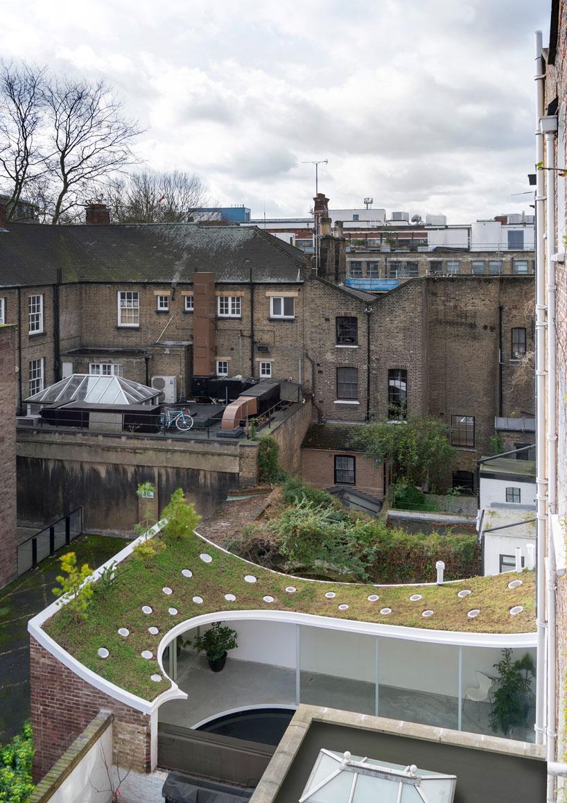 Sob o telhado existe um jardim e uma sala de estar...