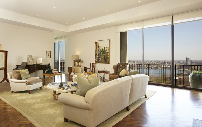Sala de estar recebe muita luz natural