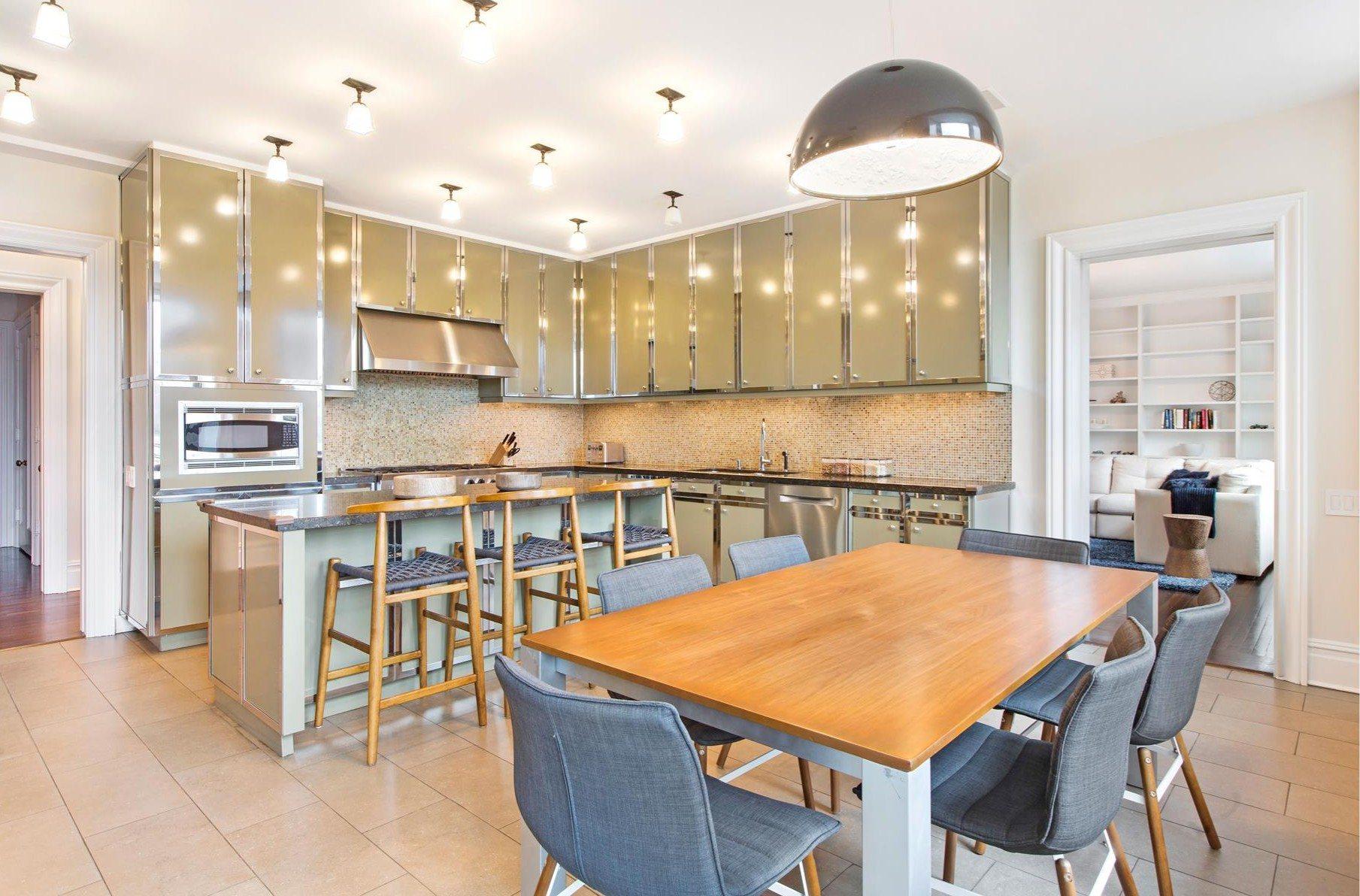 Um cozinha totalmente equipada e com muita luz