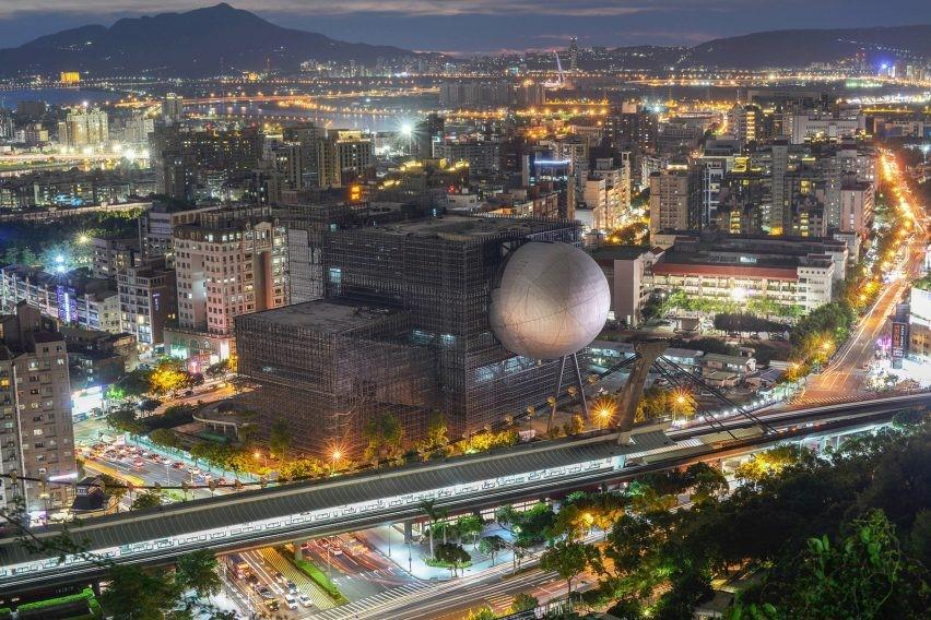 Um teatro dentro de uma esfera em Taipei