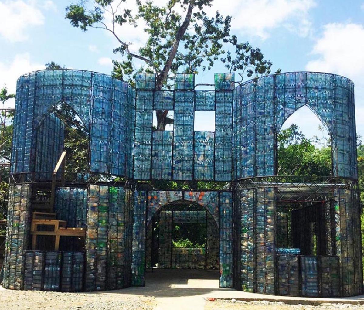 Tudo é possível... até uma vila feita com garrafas de plástico