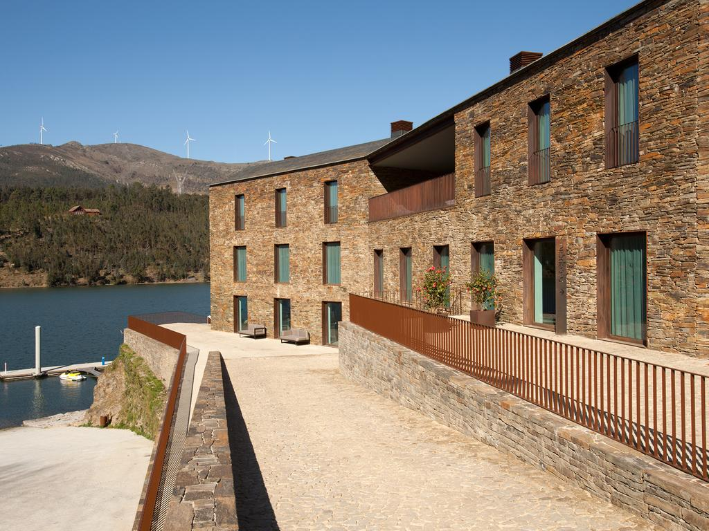 O empreendimento situa-se nas margens do rio Douro