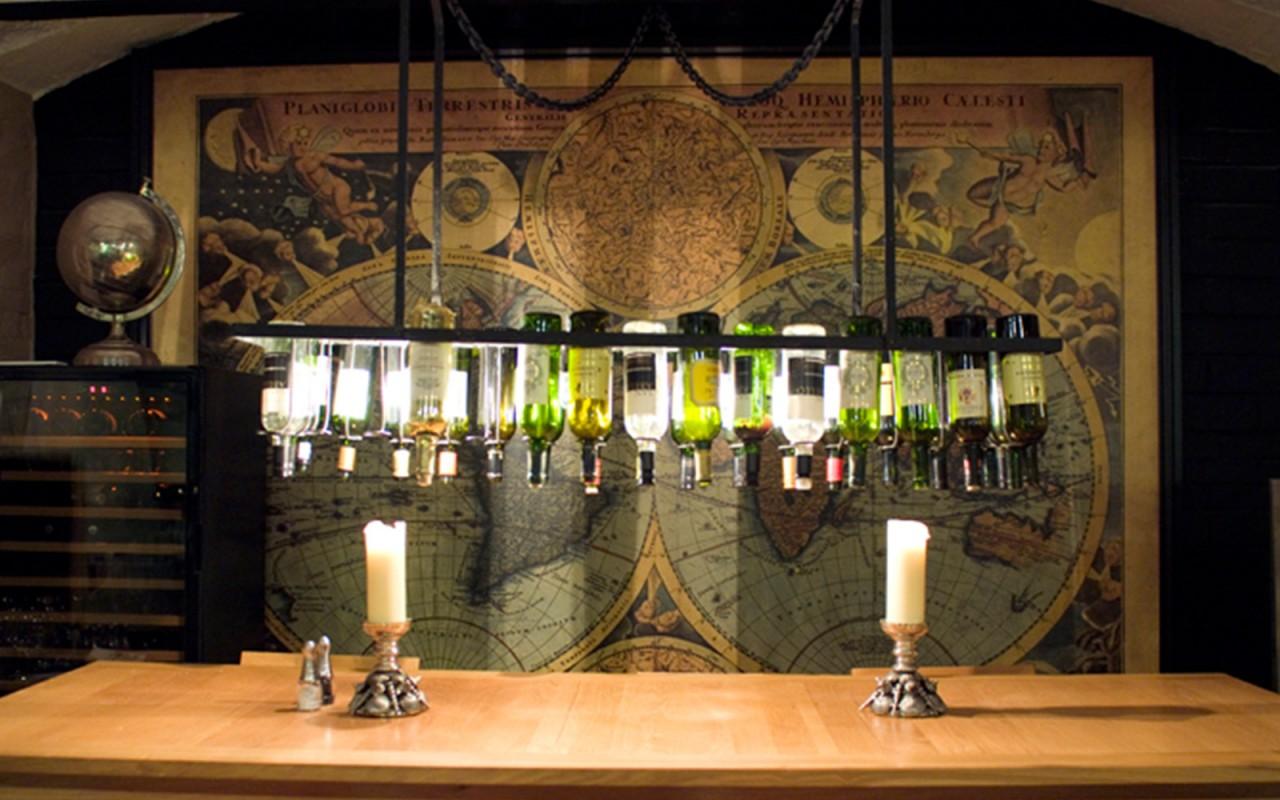 Garrafas de vinho e um mapa náutico