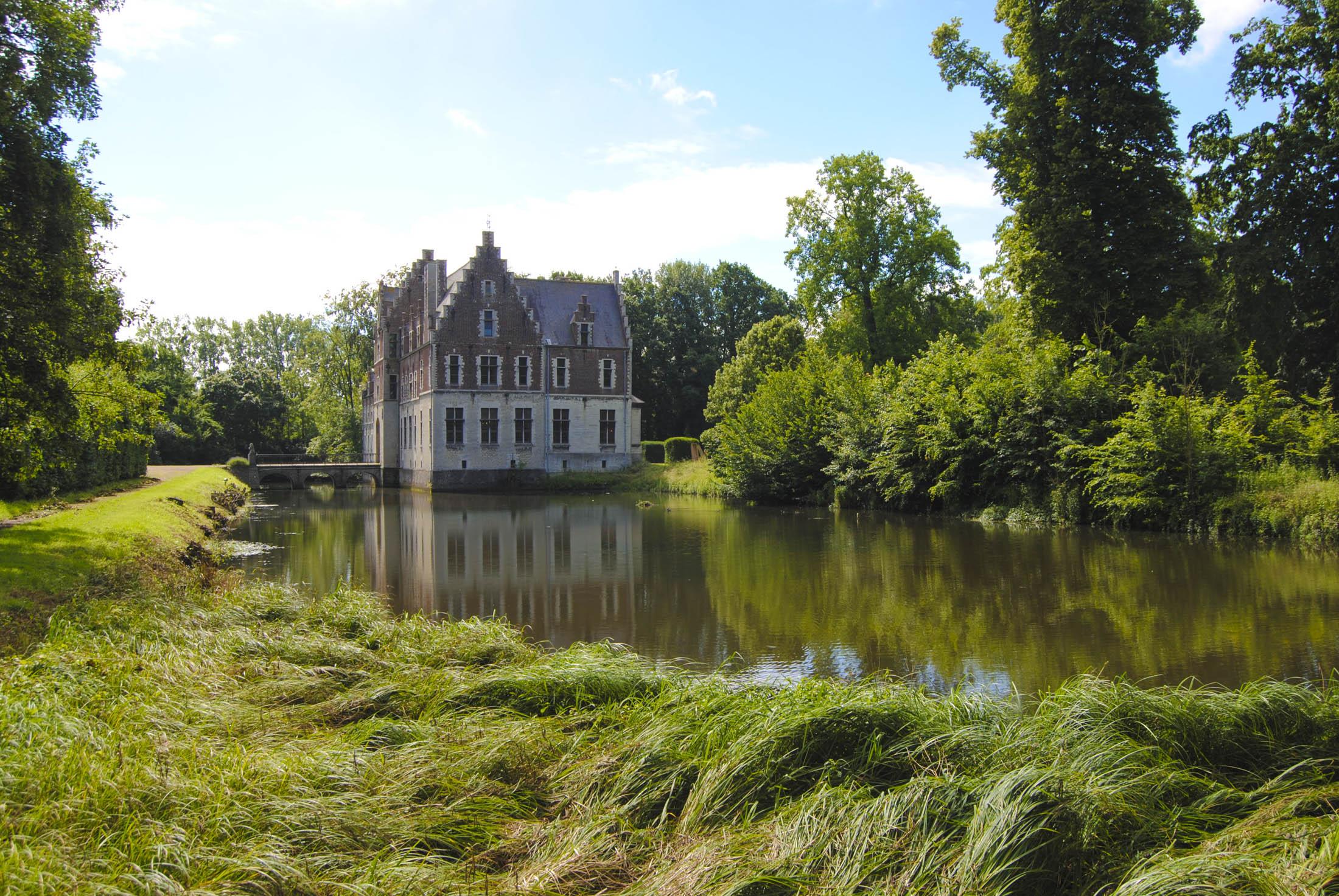 O castelo está rodeado de espaços verdes