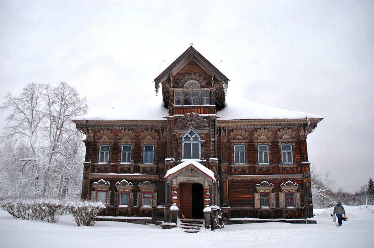 O (imponente) exterior coberto de neve