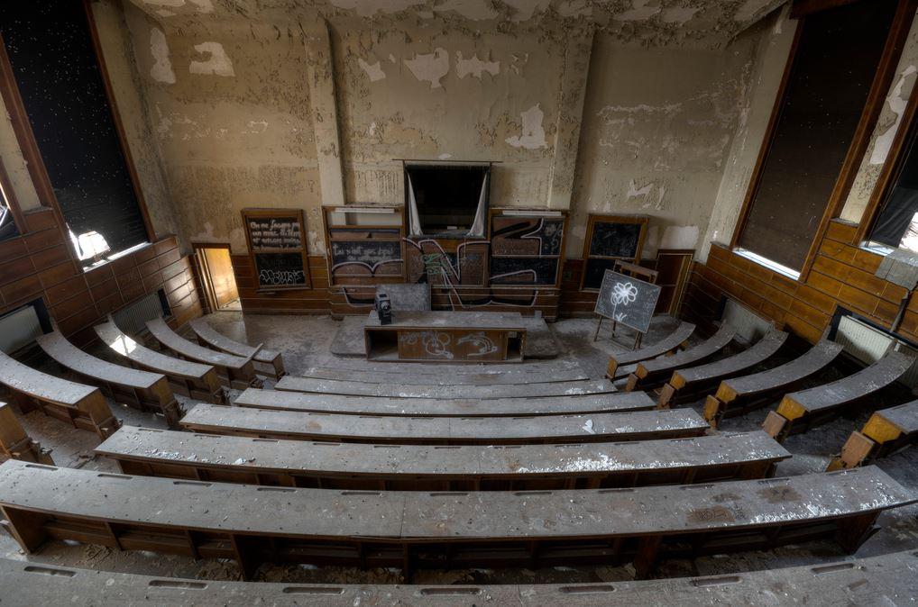 Uma sala de aula ao abandono