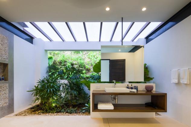 Um jardim interior, com muita luz natural