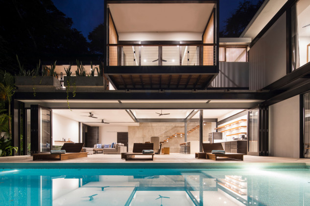 À noite a piscina fica iluminada