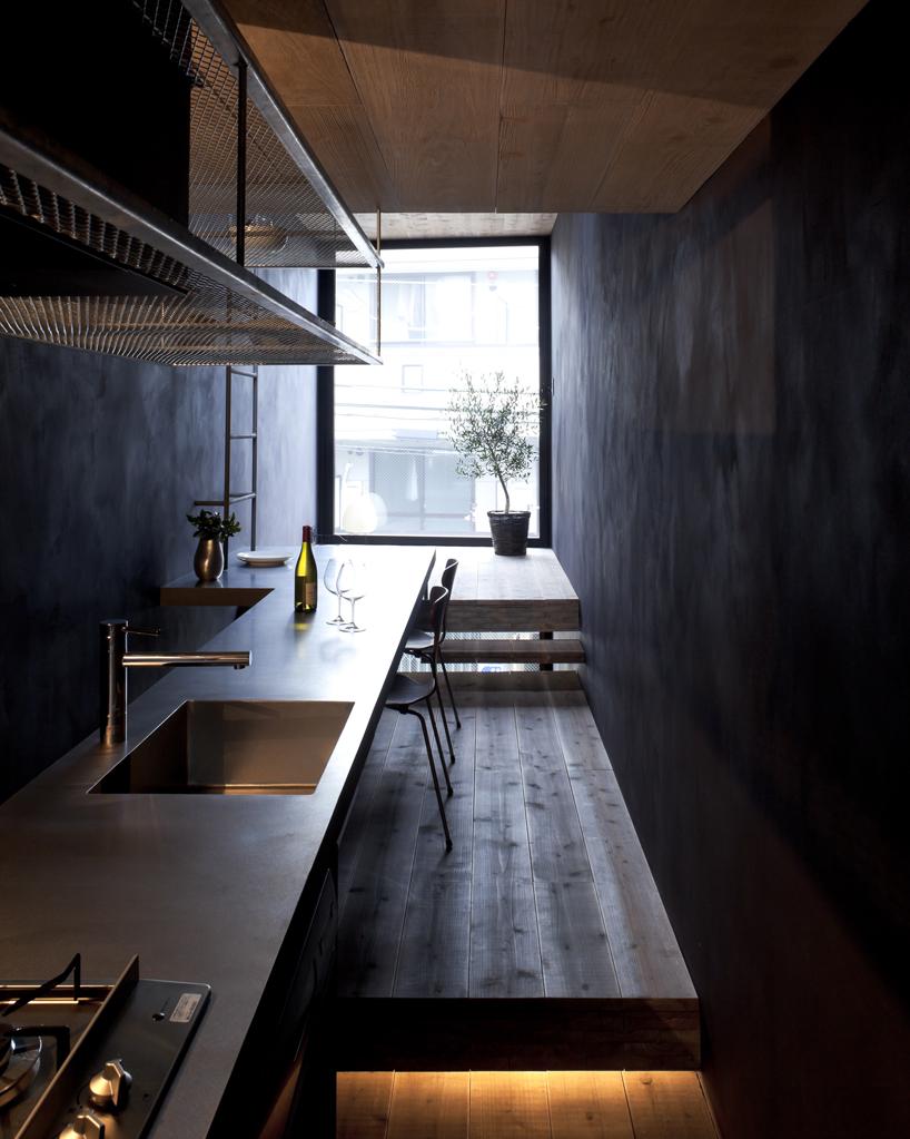 As paredes negras acompanham a decoração minimalista