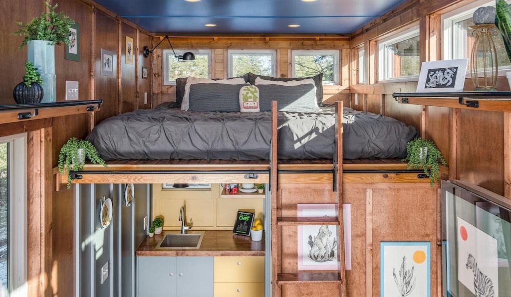 A cama fica na parte de cima